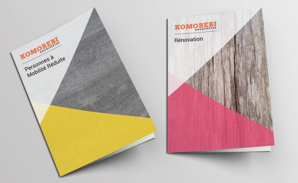 Brochures de Komorebi. Une avec un fond texture ciment, une avec un fond texture bois.