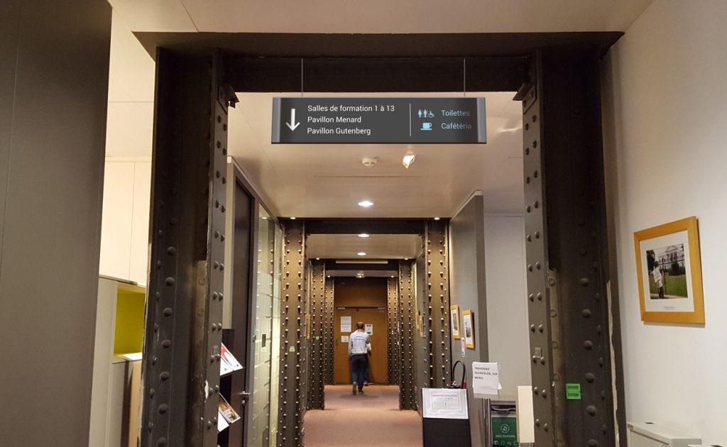 Signalétique directionnelle suspendu dans le couloir du Ministère des Affaires Etrangères