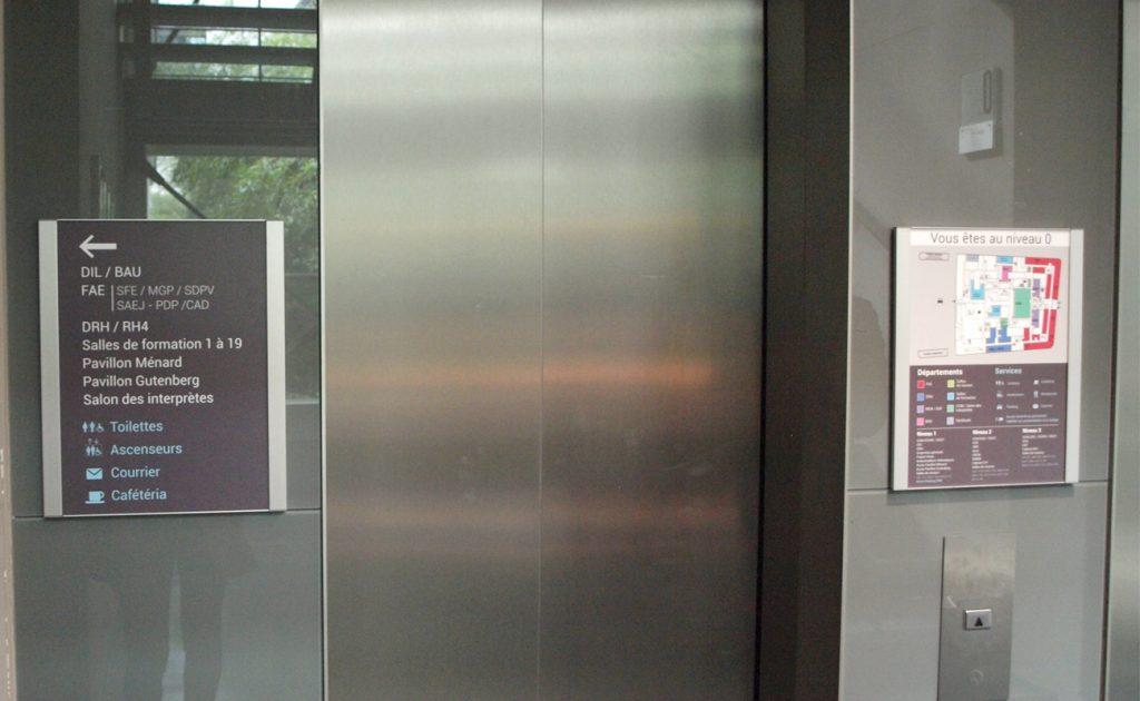 Signalétique aux abords de l'ascenseur