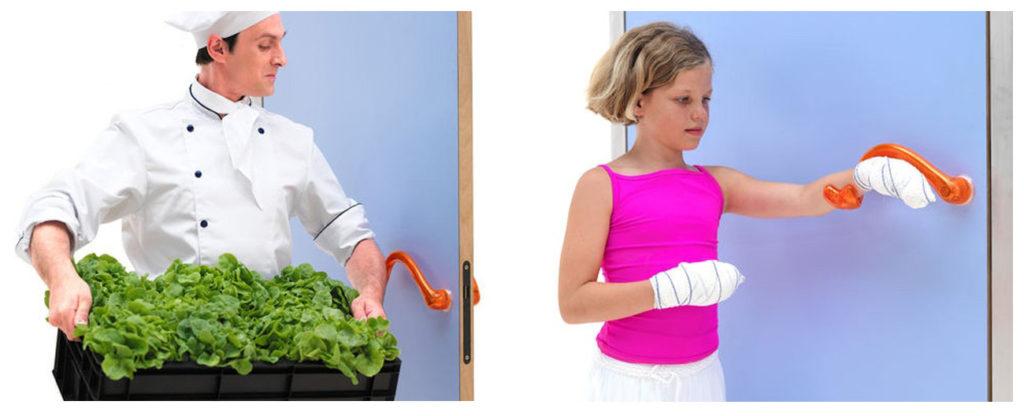 Une personne les bras chargés ouvre la porte avec son coude. Une petite fille la main bandée ouvre la porte avec son bras.