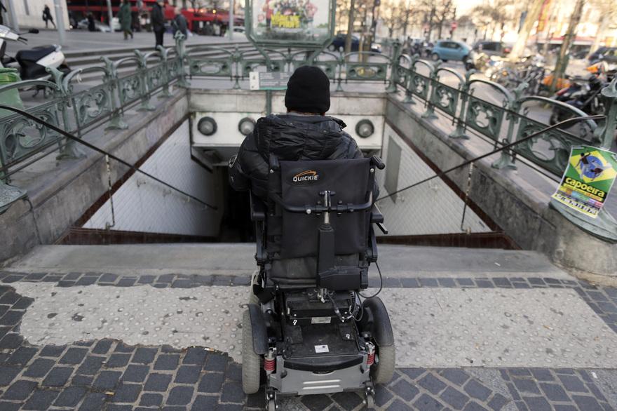 Une personne en fauteuil à l'entrée d'une station de métro à Paris le 19 février 2013. Crédit : AFP / KENZO TRIBOUILLARD