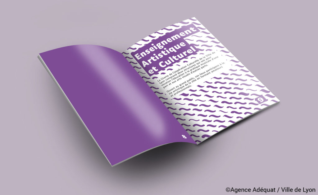 """Page intérieure : double page chapitre """"Enseignement artistique et culturel"""" de couleur violette."""