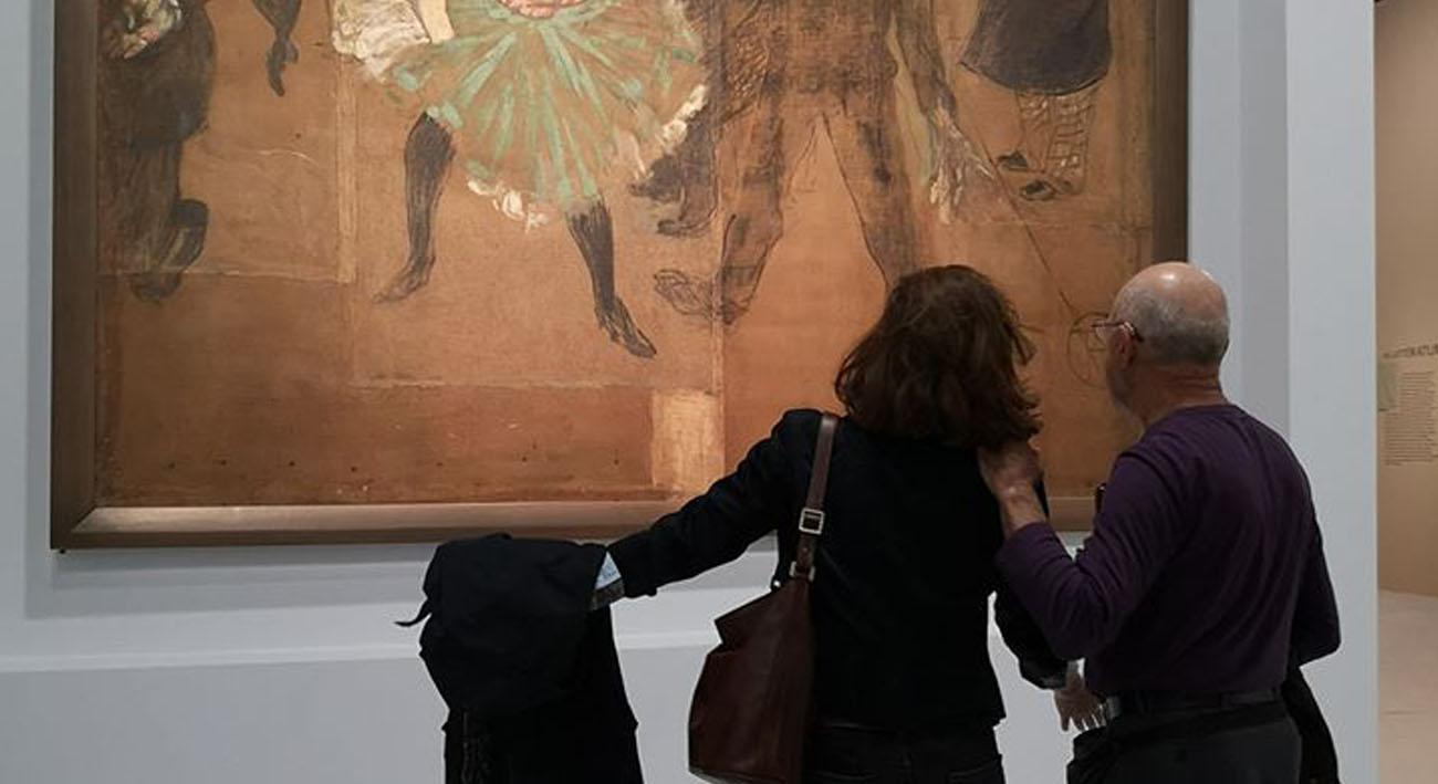 Deux personnes devant un tableau de Toulouse-Lautrec